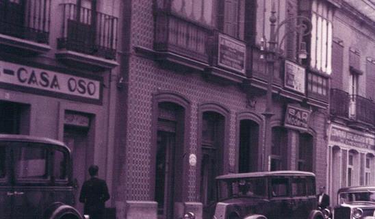 Parada de taxis de Huelva, situada en la calle General Mola, en los años cuarenta del pasado siglo XX