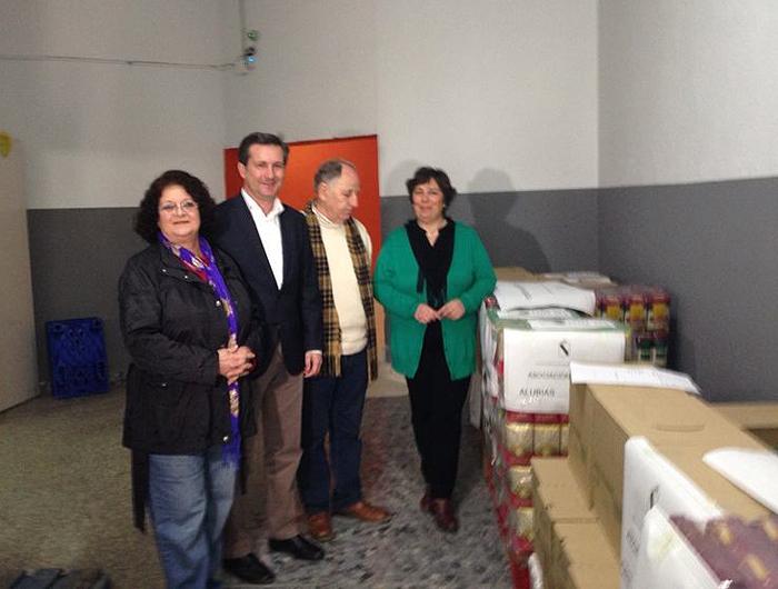 Gómez Cueli en el momento de la entrega de los alimentos.