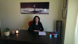La psicóloga Mónica Ferrera en su consulta.