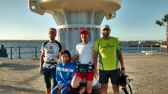 Cuatro corredores demuestran que es factible cruzar la costa onubense en menos de 24 horas
