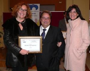 De izquierda a derecha: Yolanda Pelayo, Eugenio Domínguez y María Antonia Peña, con el premio otorgado a la UNIA.