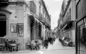 Una conocida imagen de Roisin tomada en Huelva, donde se muestra gente sentada en la terraza del bar Onuba y de la cervecería Viena en la calle Palacio a comienzos del siglo XX. / Foto: IEFC.