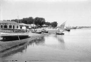 Barcas en la playa de Punta Umbría en las décadas 20-30 del siglo XX. / Foto: Colección Roisin / IEFC.