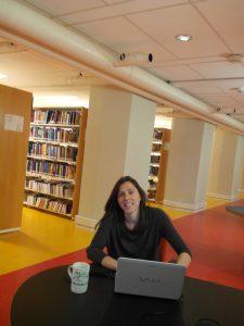Estudiando en la biblioteca.