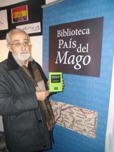José Rodríguez Infante con su última novela, 'A la sombra de la Encina Gorda'.