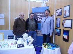Rodríguez Infante con otros dos de los autores de relatos de la Biblioteca País del Mago.