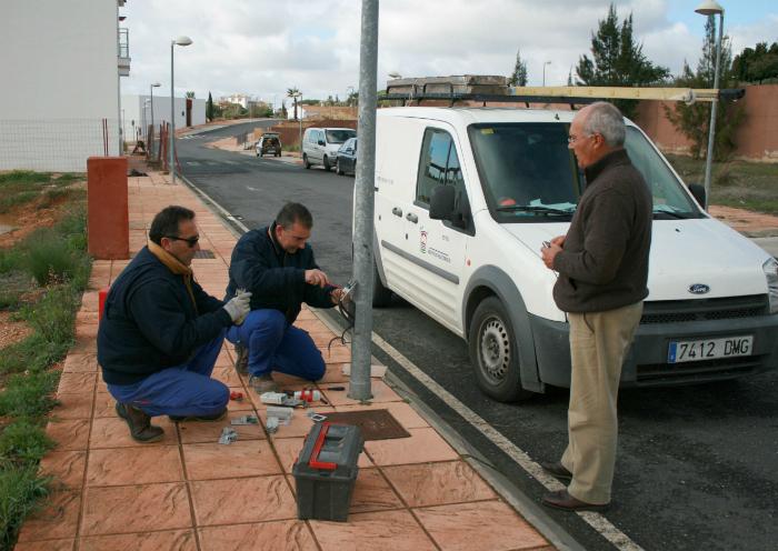 Operarios municipales reponen el cableado de las calles de Cartaya.