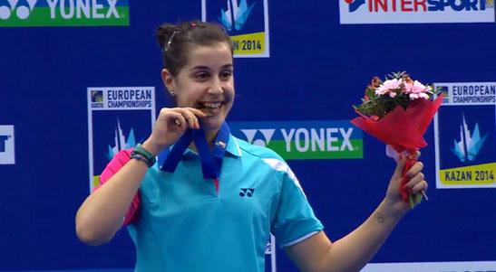 Carolina, sonriente, tras recibir la medalla de oro como campeona de Europa. / Foto: @Bad_Esp.
