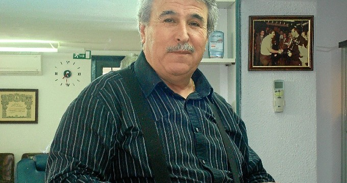 Juan Canseco, el último peluquero de Huelva que sigue pelando con navaja