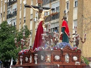 La Hermandad del Perdón procesionando por las calles de su barrio, la Orden.