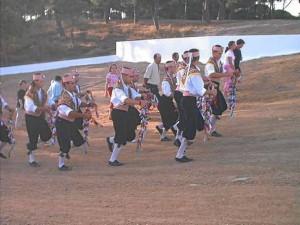 La 'Danza de los Palos' o 'Danza de la Virgen' se baila para rendir tributo a la Virgen Blanca de Villablanca./ Foto: www.pueblos-espana.org