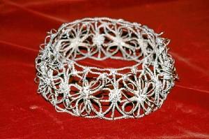 Corona de plata, otra de las piezas que se conservan en el municipio procedentes de América Latina.