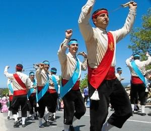 La 'Danza de las Espadas' de la Puebla de Guzmán guarda muchas semejanzas con la 'Espatadantza' del País Vasco.