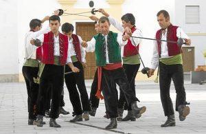 La Danza de las Espadas de San Bartolomé de laTorre data del siglo XVII y se baila entorno a los patrones San Bartolomé y San Sebastián./ Foto: Beturia.