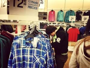 Fernando se compra y elige su propia ropa.