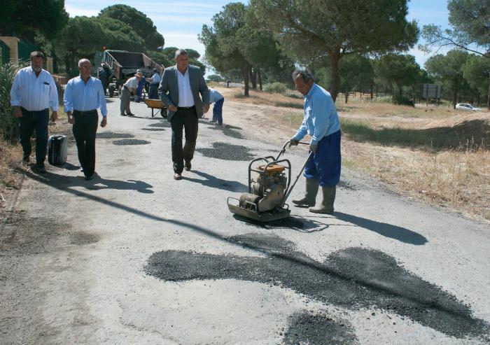 El alcalde de Cartaya, Juan M. Polo, visita las obras de los caminos de acceso a la romería.