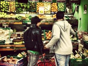 Fernando es todo un ejemplo en autonomía personal, como se puede comprobar en esta fotografía donde está haciendo la compra.