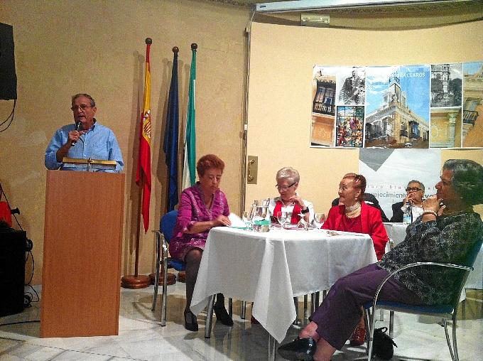 Usuarios del centro de día para personas mayores Mora  Claros celebran el acto de clausura del taller de poesía
