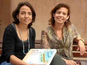 De izquierda a derecha: La arqueóloga Rocío Rodríguez y la arquitecta Miriam Dabrio, con el estudio sobre el Mercado de Santa Fe.