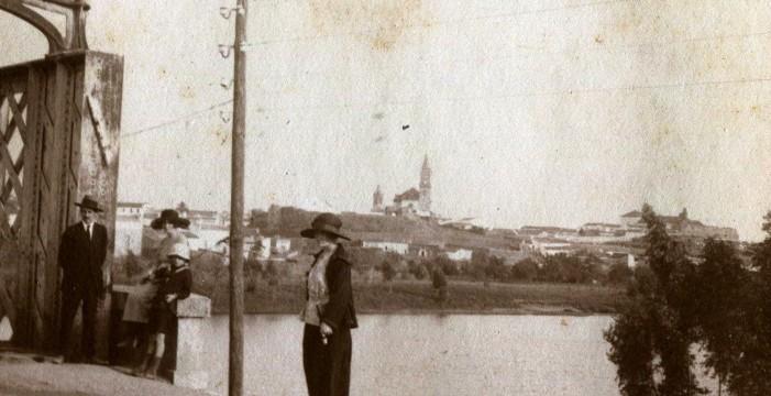 Panorámica de Gibraleón desde el puente de hierro del río Odiel, en la década de los veinte del siglo XX