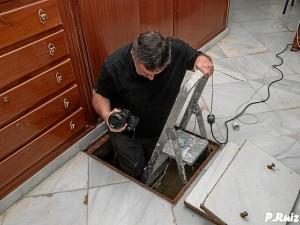 Adolfo Morales, el autor, en el interior de la cripta.