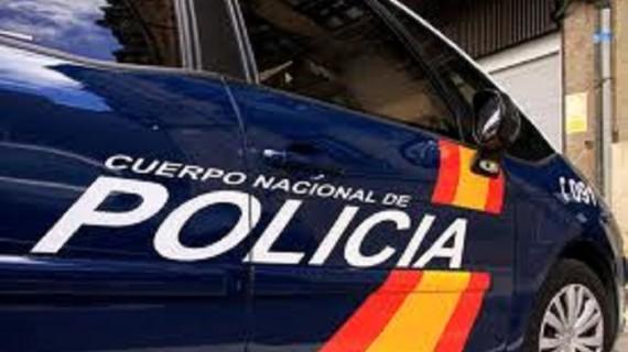 Detienen a dos personas como autores de robo en el interior de vehículo