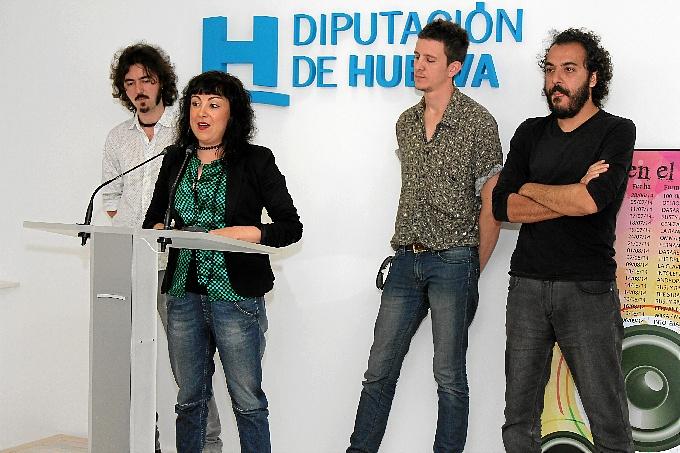 La diputada de Cultura, Elena Tobar, junto a algunos de los integrantes del festival 'Nietos del agobio'.