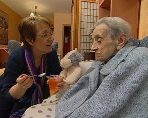 La figura del cuidador es esencial para el bienestar del enfermo / Foto: buscartrabajo.com