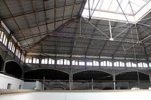 Espacioso interior del edificio. La estructura metálica de la cubierta lo convierte en un caso único dentro de la llamada arquitectura del hierro. Foto: Rocío Rodríguez.
