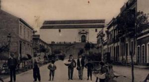 El conocido popularmente como 'El Paseo de Chocolate', una zona emblemática de Huelva que nació entorno al Mercado de Santa Fe. / Foto: todocolección.