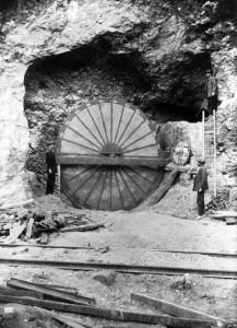 Rueda encontrada en la corta Filón Sur, que demuestra la presencia romana en las minas de Huelva. / Foto: Archivo Histórico de la Fundación Rio Tinto.