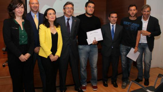 Tres jóvenes onubenses reciben los premios de la VI edición del Juego de Bolsa