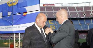 Pablo Comas recibe la insignia de manos de Luis Rubiales. / Foto: Alberto Iranzo (AFE).