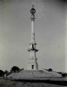La idea de construir un Monumento a Colón en los Lugares Colombinos parece surgir debido al deterioro que sufre la Columna de La Rábida en 1917. / Foto: IPCE.