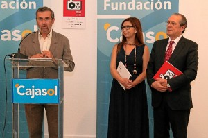 El presidente de la APH, Rafael J. Terán, explicó la importancia del Anuario como testigo de la historia de un año de Huelva.