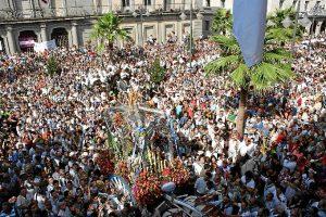 Imagen del Simpecado ante el Ayuntamiento de Huelva.