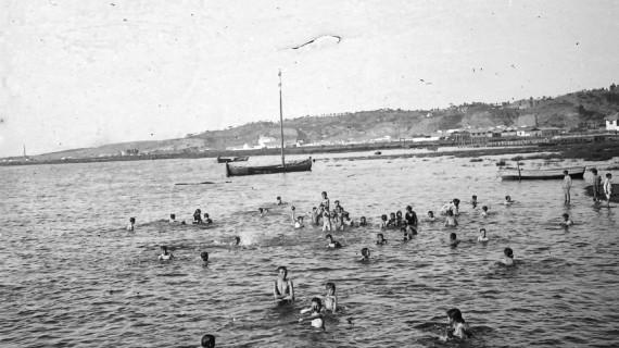 Niños bañándose en la Ría de Huelva entre 1914 y 1925
