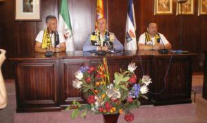 El entrenador, Alejandro Ceballos, el alcalde, Juan Manuel González, y el presidente, Kiko Manga, durante la recepción. / Foto: C. B.