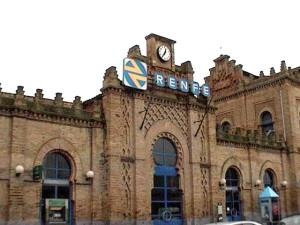 Fachada de la estación de tren de Huelva capital.