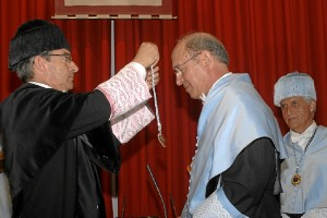 Manuel Bendala, recibiendo la Medalla.