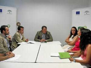 El delegado de Empleo ha mantenido un encuentro con algunos de los nuevos alojados en el CADE.