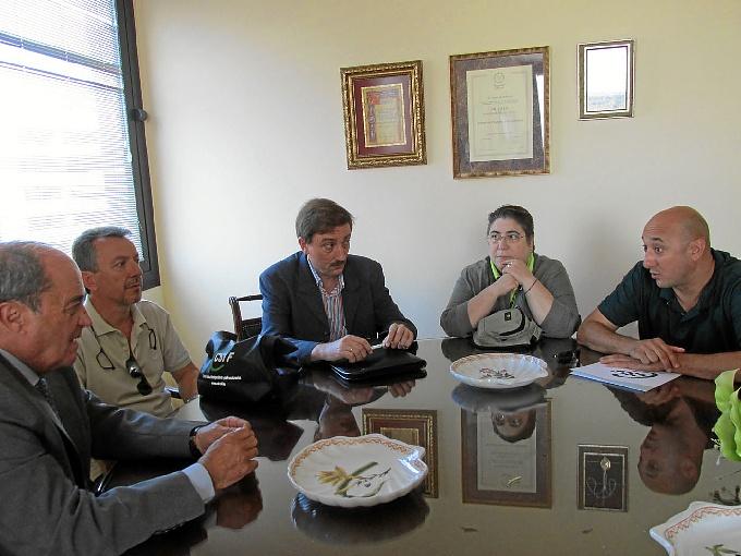el presidente de CSIF-Huelva primero por la derecha, Antonio Ponce, primero por la izquierda, junto a otros representantes de CSIF