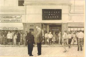 Entrada principal del antiguo mercado del Carmen, con la churrerría Miguel.