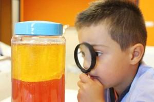 Los padres de los pequeños también participan y disfrutan de las actividades científicas.