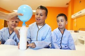 El proyecto Cienciaterapia consiste en entrener a los niños hospitalizados con divertidos experimentos científicos.