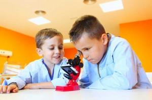 Niños disfrutando con los experimentos científicos.