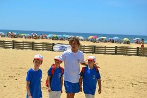 Ramiro Amarelle junto a tres chicos