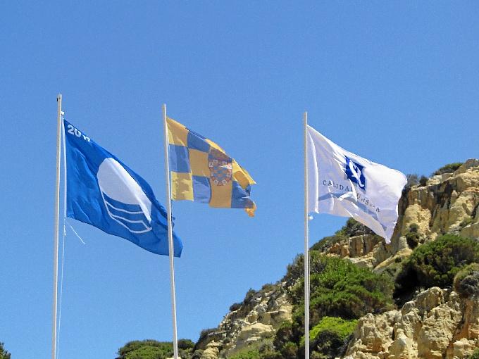 Bandera azul y Q de calidad en la playa del Parador de Mazagón.