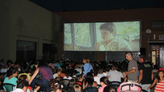 San Juan del Puerto acogió la proyección de la película 'Zipi y Zape y el club de la canica'