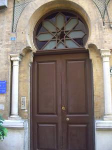 Puerta de entrada al número 2 de la calle Espronceda.
